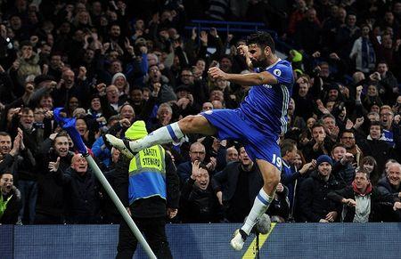 Thang tran thu 13 lien tiep, Chelsea chao nam moi 2017 hoanh trang - Anh 2
