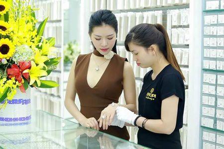 MC Nha Quyen thich trang phuc, trang suc nhe nhang tinh te - Anh 2