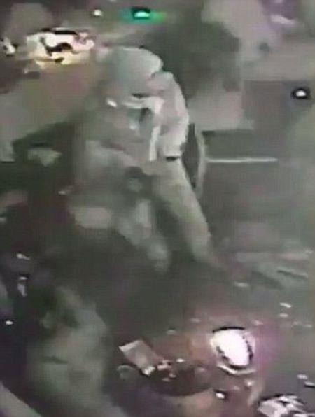 Video can canh sat thu sau khi ban chet 39 nguoi trong hop dem - Anh 1