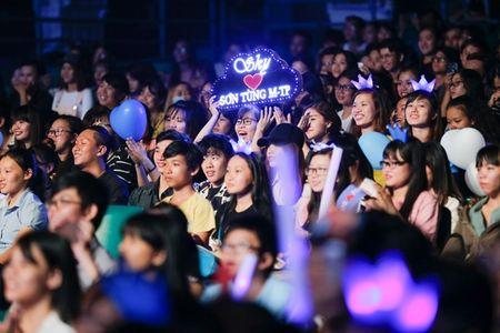 Son Tung M-TP lan dau hat 'Lac troi' truoc hang nghin fan - Anh 2