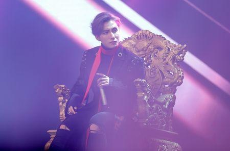 Son Tung M-TP lan dau hat 'Lac troi' truoc hang nghin fan - Anh 3