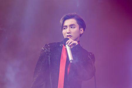 Son Tung M-TP lan dau hat 'Lac troi' truoc hang nghin fan - Anh 4