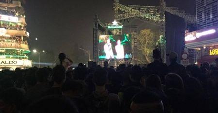 Clip: Sau khoanh khac don nam moi 2017 la 'bien' rac o pho di bo - Anh 1