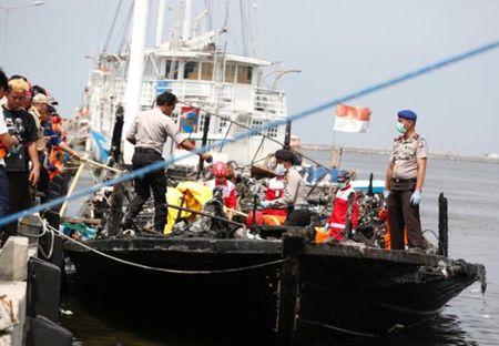 Indonesia: 23 nguoi thiet mang trong vu chay tau du lich dau nam - Anh 1