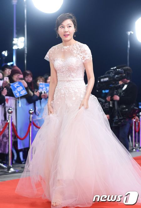 Song Hye Kyo xinh nhu cong chua, Song Joong Ki banh bao hop hon fan - Anh 10