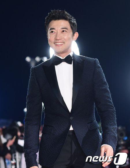 Song Hye Kyo xinh nhu cong chua, Song Joong Ki banh bao hop hon fan - Anh 13