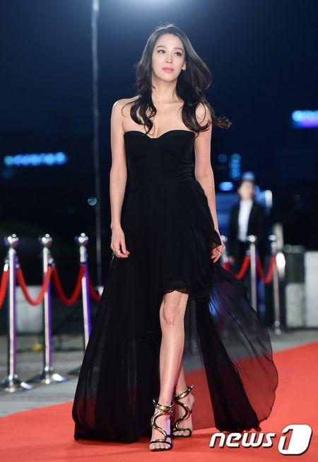 Song Hye Kyo xinh nhu cong chua, Song Joong Ki banh bao hop hon fan - Anh 17