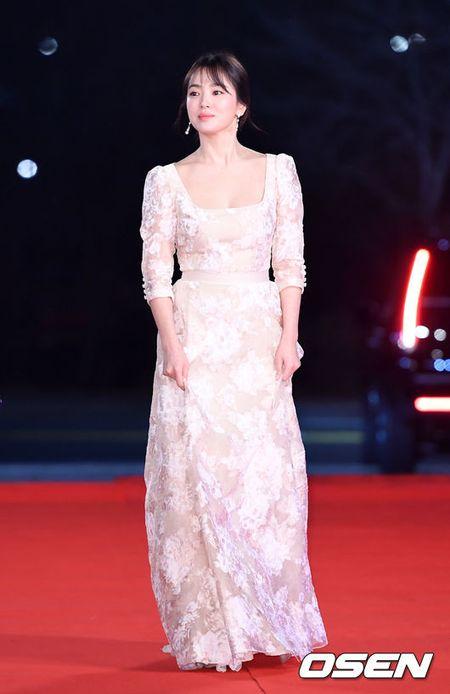 Song Hye Kyo xinh nhu cong chua, Song Joong Ki banh bao hop hon fan - Anh 1