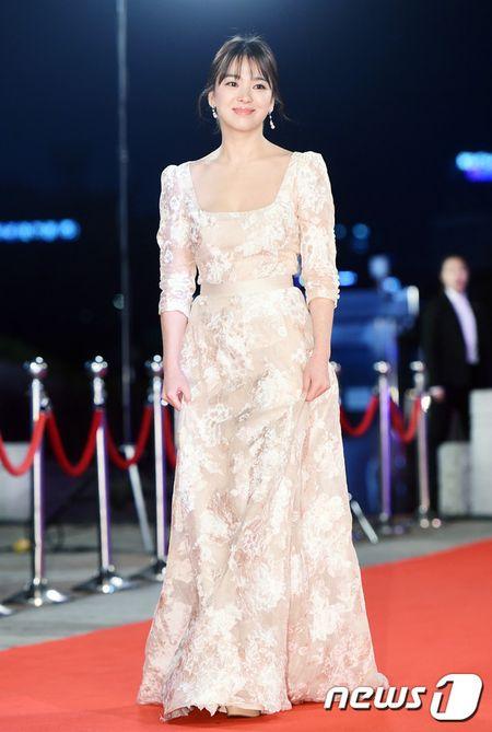 Song Hye Kyo xinh nhu cong chua, Song Joong Ki banh bao hop hon fan - Anh 2