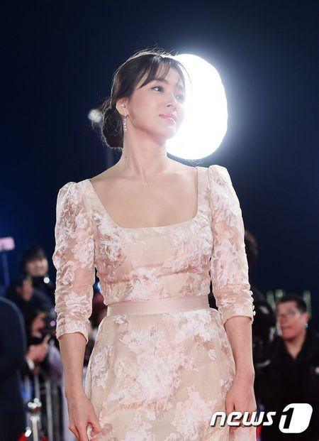 Song Hye Kyo xinh nhu cong chua, Song Joong Ki banh bao hop hon fan - Anh 3