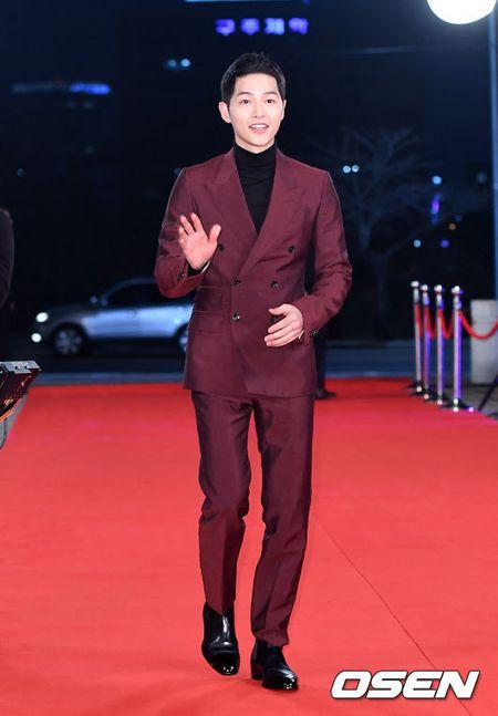 Song Hye Kyo xinh nhu cong chua, Song Joong Ki banh bao hop hon fan - Anh 4