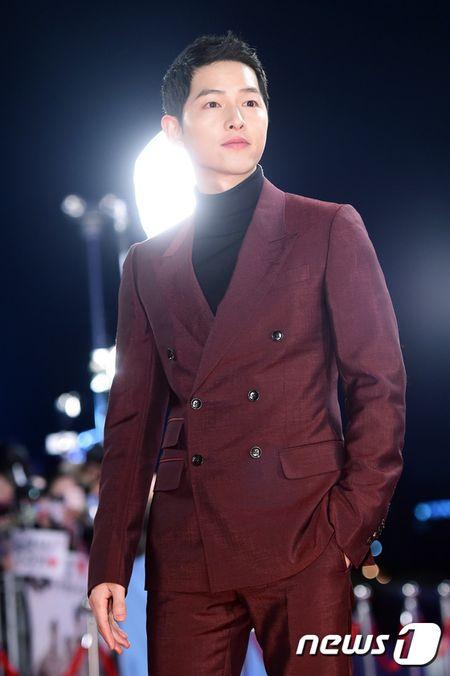 Song Hye Kyo xinh nhu cong chua, Song Joong Ki banh bao hop hon fan - Anh 5