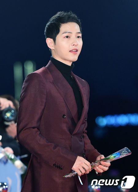 Song Hye Kyo xinh nhu cong chua, Song Joong Ki banh bao hop hon fan - Anh 6