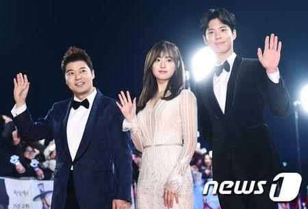 Song Hye Kyo xinh nhu cong chua, Song Joong Ki banh bao hop hon fan - Anh 7