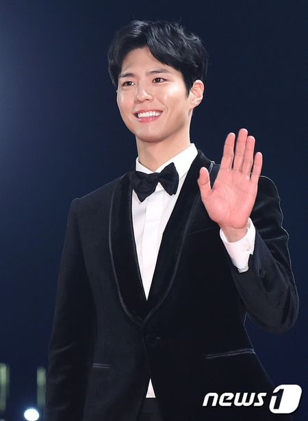 Song Hye Kyo xinh nhu cong chua, Song Joong Ki banh bao hop hon fan - Anh 9