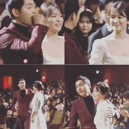 """Song Joong Ki nam tay, om vai Song Hye Kyo khi cung """"chia giai"""" - Anh 1"""