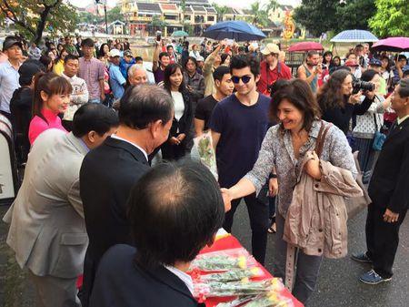 Doan khach Tay Ban Nha va Uc 'xong dat' Hoi An - Anh 2