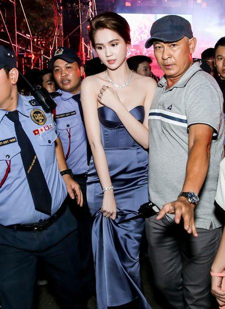 Ngoc Trinh deo trang suc kim cuong ban trai ty phu tang duoc dong nguoi bao vay - Anh 3