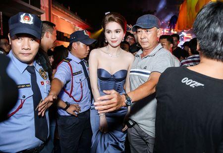 Ngoc Trinh deo trang suc kim cuong ban trai ty phu tang duoc dong nguoi bao vay - Anh 4