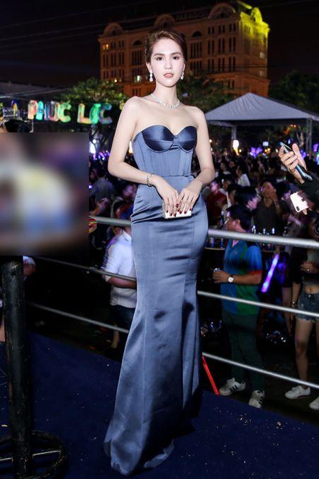Ngoc Trinh deo trang suc kim cuong ban trai ty phu tang duoc dong nguoi bao vay - Anh 6