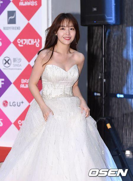 Song Hye Kyo dep ruc ro, khoe sac cung dan Sao tren tham do - Anh 24