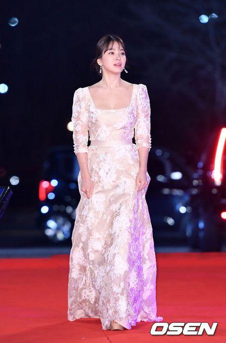 Song Hye Kyo dep ruc ro, khoe sac cung dan Sao tren tham do - Anh 1