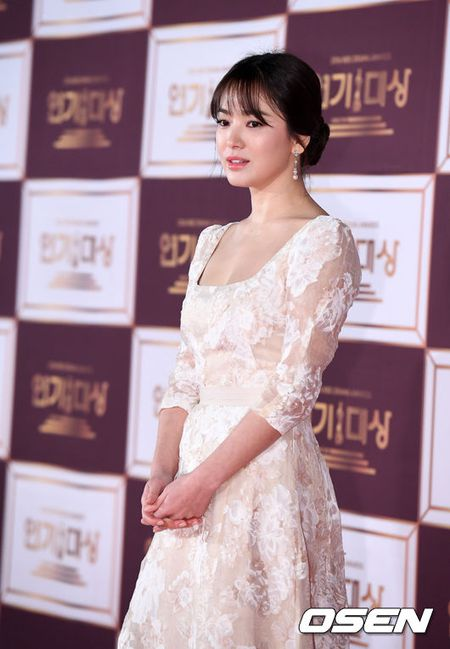 Song Hye Kyo dep ruc ro, khoe sac cung dan Sao tren tham do - Anh 4