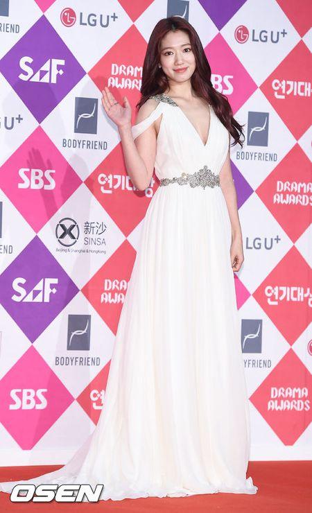 Song Hye Kyo dep ruc ro, khoe sac cung dan Sao tren tham do - Anh 8