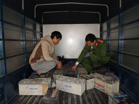 Ha Nam: Phat hien va bat giu xe o to cho 790kg ac quy phe thai - Anh 1