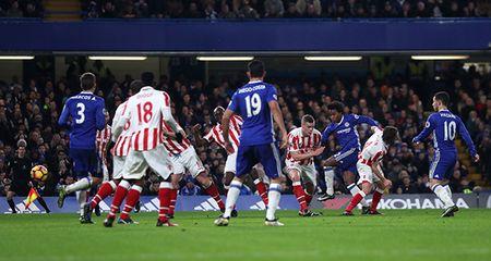Willian toa sang, Chelsea noi dai mach thang len 13 tran - Anh 3