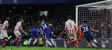 Thang dam Stoke, Chelsea chinh thuc can bang ki luc cua Arsenal - Anh 2