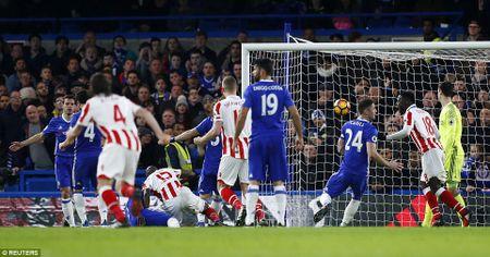 Thang dam Stoke, Chelsea chinh thuc can bang ki luc cua Arsenal - Anh 3