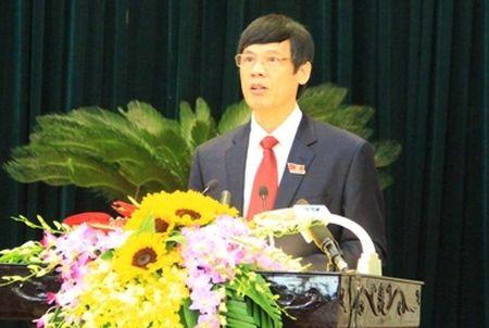 Chu tich Thanh Hoa cam cong chuc mang qua chuc Tet cap tren - Anh 1