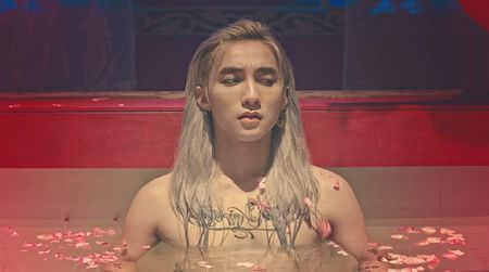 Son Tung M-TP la chua tung thay trong MV co trang 'Lac troi' - Anh 10