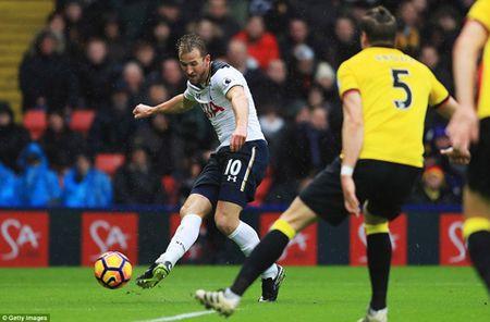 Cung lap cu dup, Kane va Alli dua Tottenham vuot ca Man City lan Man United - Anh 1