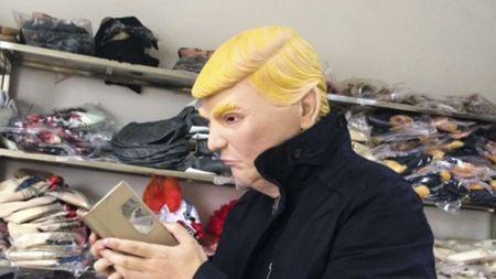 Cong ty Trung Quoc kiem bon tien nho ban mat na Trump - Anh 1