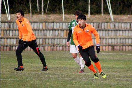 Can canh 'cu dup' cua Xuan Truong cho Gangwon FC - Anh 1