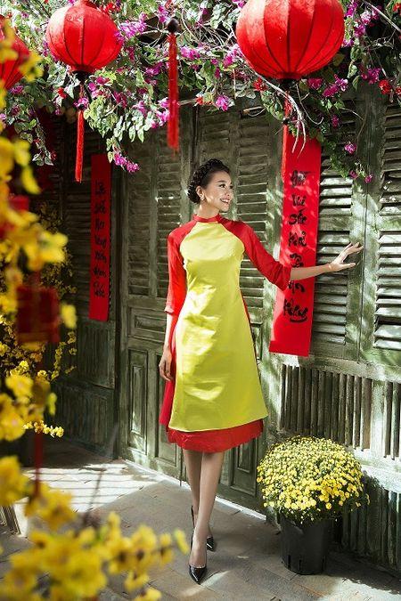Thanh Hang dien ao dai ngot ngao sac tham ben vuon xuan - Anh 1