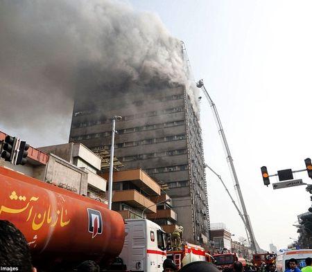 Hien truong kinh hoang vu sap trung tam thuong mai o Iran - Anh 2