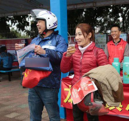 Cong nhan Trung Quoc di xe may ve que an Tet - Anh 10