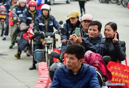 Cong nhan Trung Quoc di xe may ve que an Tet - Anh 1