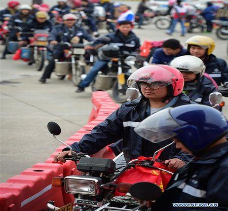 Cong nhan Trung Quoc di xe may ve que an Tet - Anh 4