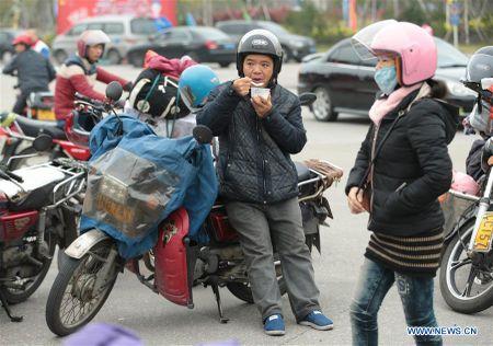 Cong nhan Trung Quoc di xe may ve que an Tet - Anh 5