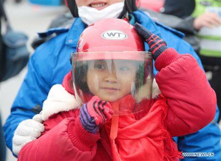 Cong nhan Trung Quoc di xe may ve que an Tet - Anh 6