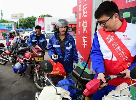 Cong nhan Trung Quoc di xe may ve que an Tet - Anh 7