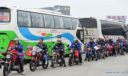 Cong nhan Trung Quoc di xe may ve que an Tet - Anh 8