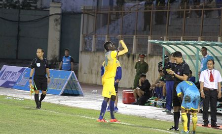 Chuyen gia Trinh Minh Hue: 'Treo gio Omar 8 tran la qua nang' - Anh 1
