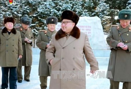 Lanh dao Trieu Tien thi sat quan doi truoc them ong Trump nham chuc - Anh 1
