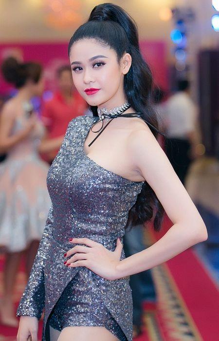 Dan my nhan Viet khoe sac tren tham do hoi xuan - Anh 8
