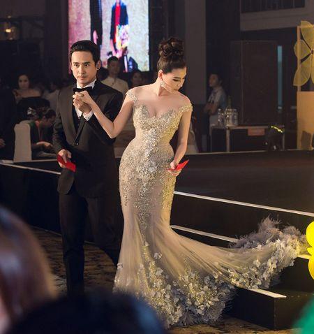 """Thuy Diem dep """"khong cuong noi"""" ben Luong The Thanh dien trai nhu soai ca - Anh 7"""